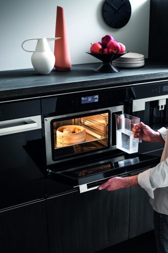 Hotpoint Class 9 combination steam oven (MS 998 IX H) lifestyle hi 2