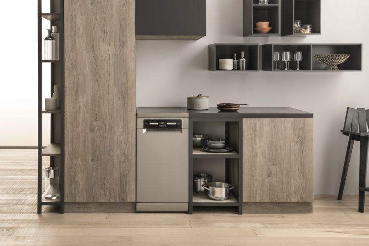 Hotpoint HSFO 3T223 W X UK 3D Zone Wash slimline freestanding - lifestyle 2 - hi