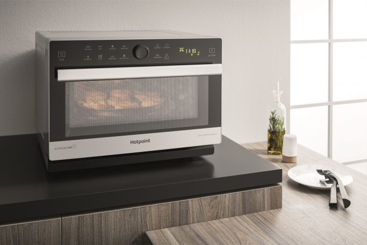 Hotpoint MWH 338 SX microwave oven lifestyle 2 - hi