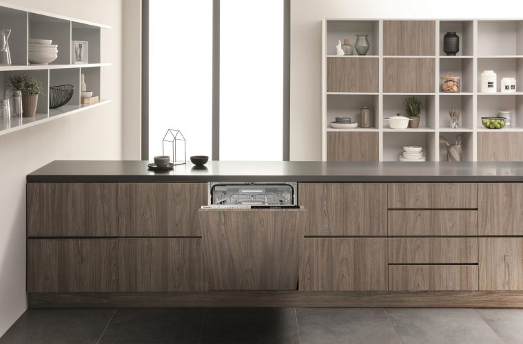 Hotpoint integrated dishwasher with ActiveDry (HIP 4O539 WLEGT UK) - lifestyle hi